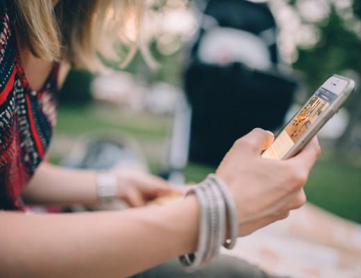 Mujer usando telefono movil